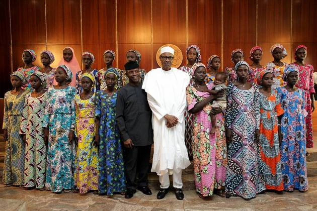 President Buhari and Vice President Osinbajo take a picture with the 21 freed Chibok girls.